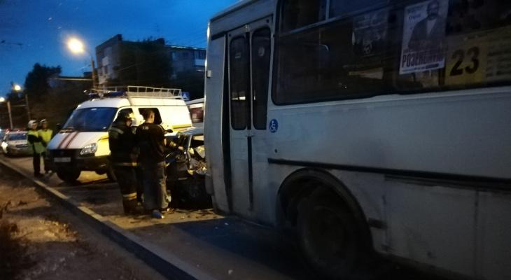 Вы на тот свет так торопитесь: легковушка на скорости влетела под автобус в Дзержинске (ФОТО)