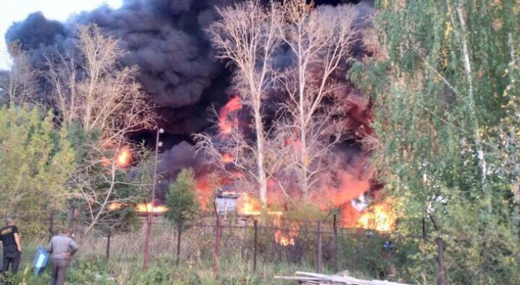 Склад площадью пять тысяч квадратных метров горит в Нижегородской области