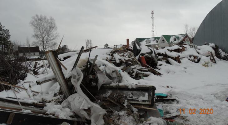 Мусор сжигается, а отходы сливаются: в поселке Пыра жалуются на один из участков