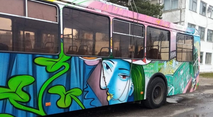 Илья Спиченков украсил еще один троллейбус в Дзержинске