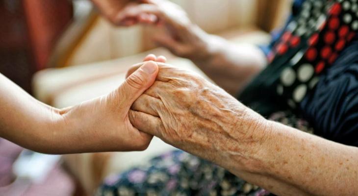 Российским соцработникам могут разрешить не помогать тяжело больным людям