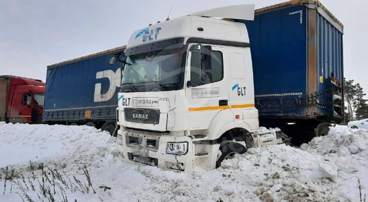 В Дзержинске у Северных ворот фура в результате ДТП перекрыла движение