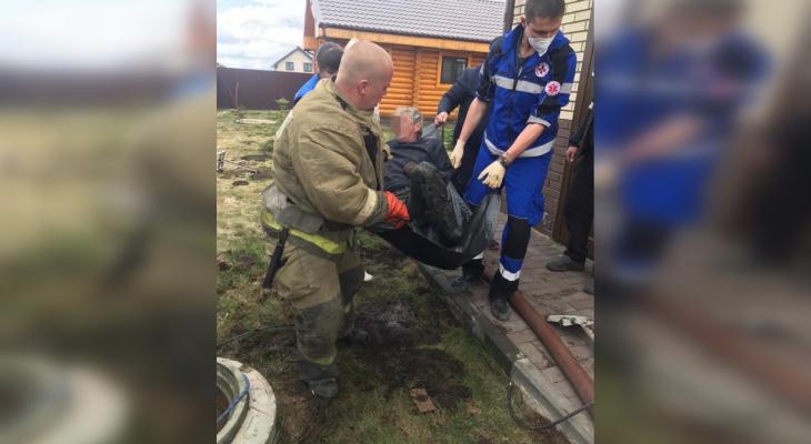 Двоих мужчин достали спасатели из колодца канализации в Нижегородской области