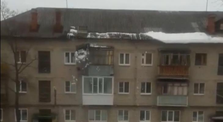 Снег упал вместе с крышей одного из Дзержинских домов (ВИДЕО)